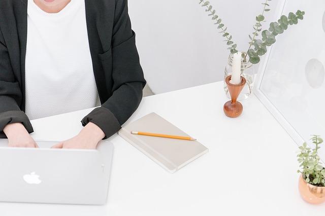 自宅でパソコンを使ってお仕事